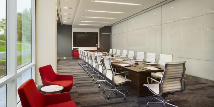 Spacious briefing rooms enable large groups to collaborate.