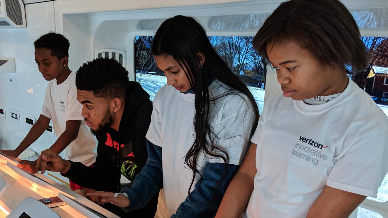 Image of students at a Verizon Innovative Learning event.