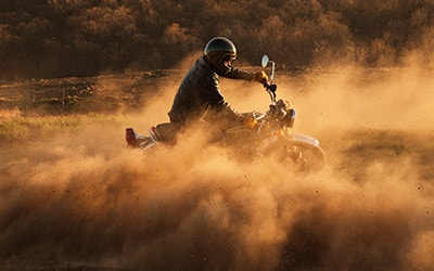 Motocicleta sucia andando rápido que representa la velocidad del servicio de Internet de banda ancha de Fios.
