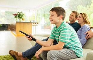 Un niño y su padre disfrutando de Fios TV.