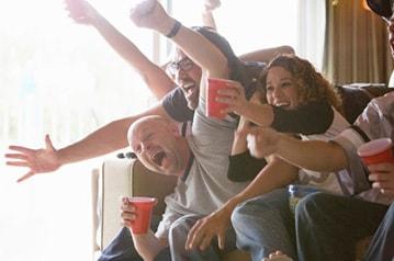 Gente mirando un juego en Fios TV.