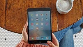 Persona con un tablet navegando por Internet con un plan de Verizon Internet