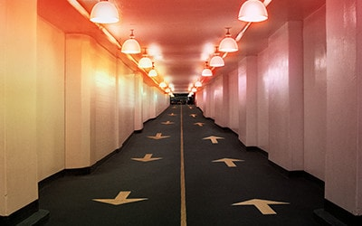 Tráfico direccional de dos vías en un corredor que representa el servicio DSL de banda ancha.