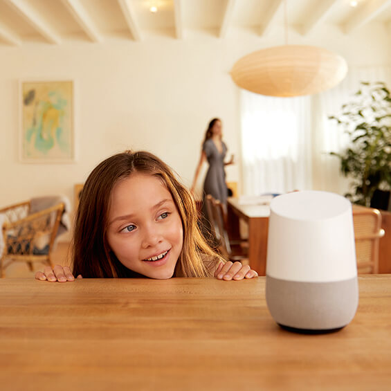 Niña mirando el dispositivo Google Home