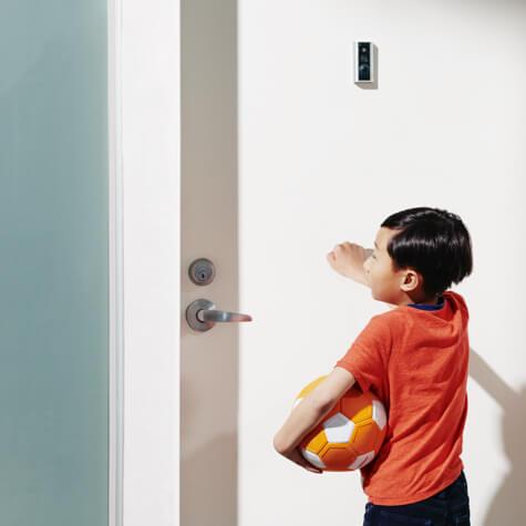 Foto de un niño golpeando la puerta