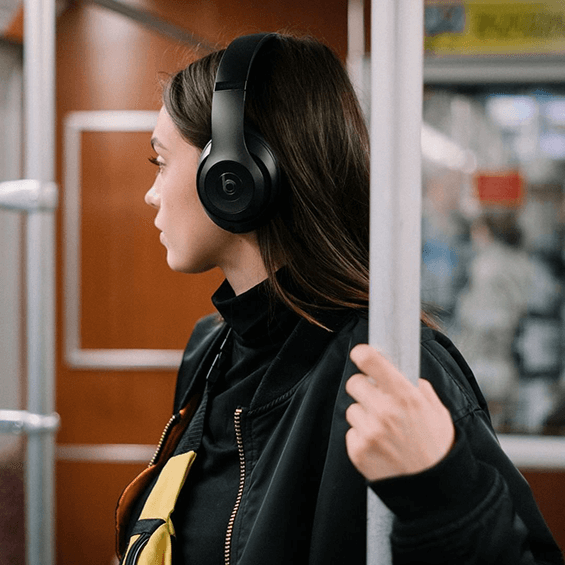 Auriculares externos Beats Studio3Wireless, negro mate - Mujer usándolos en un autobús