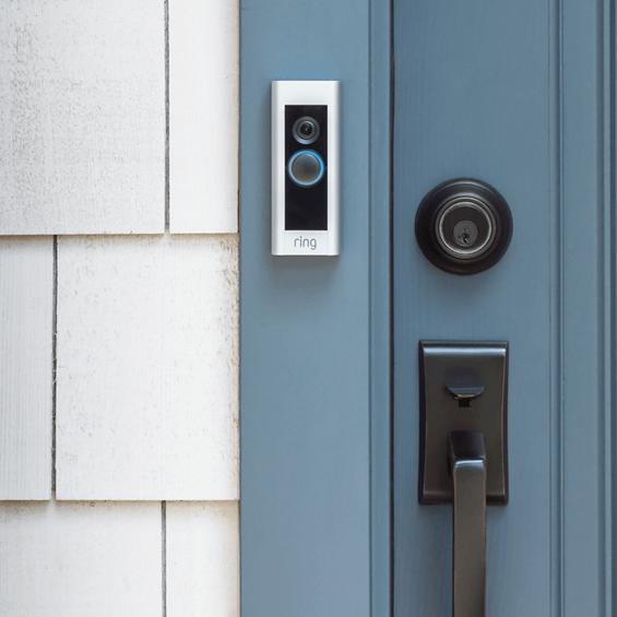 Imagen de estilo del timbre con sistema de video Pro Ring al lado de puerta azul